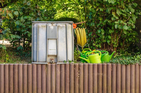 Gartenfeld Wassertank mit Gießkannen